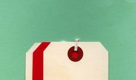 Crema en blanco y etiquetas rojas Fotos de archivo libres de regalías