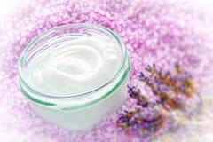 Crema facial en el tarro de cristal en un balneario Foto de archivo libre de regalías