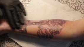 Crema fresca di lucidatura del tatuaggio video d archivio