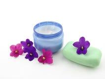 Crema, jabón y violetas Imagen de archivo