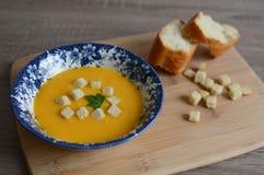 Crema-minestra della zucca con i crostini Immagine Stock