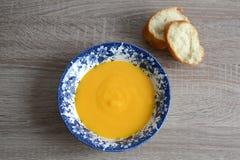 Crema-minestra della zucca con i crostini Fotografie Stock