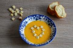 Crema-minestra della zucca con i crostini Fotografie Stock Libere da Diritti