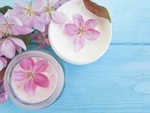 Crema orgánica cosmética, flor de la magnolia de la regeneración en un fondo de madera fotos de archivo libres de regalías