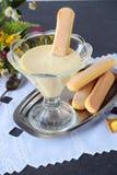 Crema per il tiramisù italiano del deserto in una ciotola di vetro con i bisquits Fotografia Stock Libera da Diritti