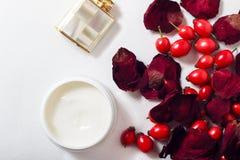 Crema, petali di rosa e cinorrodi Immagini Stock