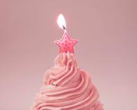 Crema rosada de la fresa con luz de una vela Foto de archivo libre de regalías
