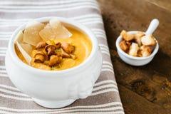 Crema-sopa de la calabaza con los mízcalos, el parmesano y los cuscurrones fotografía de archivo libre de regalías