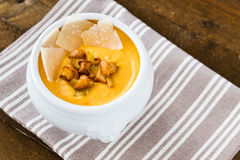 Crema-sopa de la calabaza con los mízcalos y el parmesano cortado fotografía de archivo