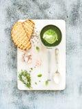 Crema-sopa verde hecha en casa de la espinaca en una cucharada del metal Fotografía de archivo