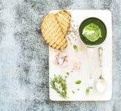 Crema-sopa verde hecha en casa de la espinaca en una cucharada del metal Foto de archivo