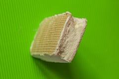Crema su un fondo verde, minimalismo del gelato alla crema Fotografia Stock