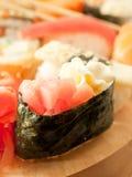 Crema-sushi con lo sgombro intorno all'insieme dei sushi Immagini Stock Libere da Diritti