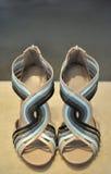 Crema y azul femeninos de las sandalias Fotografía de archivo libre de regalías