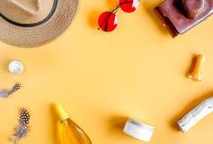 Crema y cosmético de la loción para la maqueta anaranjada de la opinión superior del fondo de la protección del sol Imagen de archivo libre de regalías