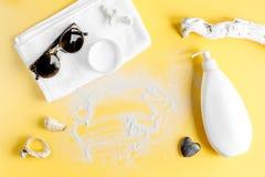 Crema y cosmético de la loción para la maqueta anaranjada de la opinión superior del fondo de la protección del sol Fotografía de archivo
