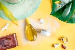 Crema y cosmético de la loción para la protección del sol en la opinión superior del fondo anaranjado Imagen de archivo libre de regalías