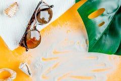 Crema y cosmético de la loción para la protección del sol en maqueta anaranjada de la opinión superior del fondo Imagen de archivo