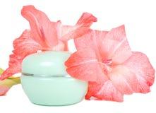 Crema y flor de la crema hidratante Fotografía de archivo libre de regalías