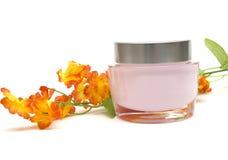 Crema y flor de la crema hidratante Imagen de archivo