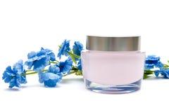 Crema y flor de la crema hidratante Imágenes de archivo libres de regalías