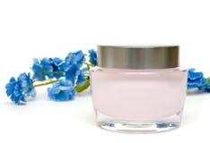 Crema y flor de la crema hidratante Fotos de archivo