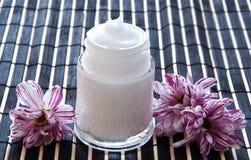 Crema y flor en un bambú Imagen de archivo libre de regalías