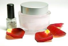 Crema y pétalos de rosas Fotos de archivo libres de regalías