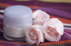 Crema y rosas Imágenes de archivo libres de regalías