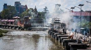 Cremaciones del templo de Pashupatinath en el río de Bagmati imagen de archivo