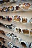 Cremagliera degli occhiali da sole 2 immagini stock libere da diritti