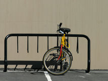 Cremagliera della bici con la bici immagini stock libere da diritti