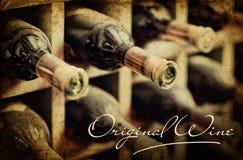 Cremagliera polverosa del vino della vecchia foto. Iscrizione del vino con lettere originale immagine stock