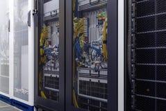 Cremalheira ascendente próxima do servidor com indicador do diodo emissor de luz, fios do Internet, cabos óticos para dentro sob  foto de stock