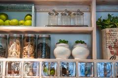 Cremalheira clássica bonita das prateleiras e de especiarias da cozinha Fotografia de Stock