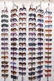 Cremalheira com óculos de sol fotografia de stock royalty free