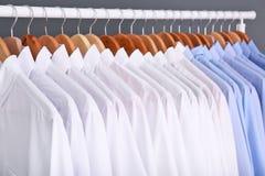 Cremalheira com roupa limpa em ganchos foto de stock royalty free