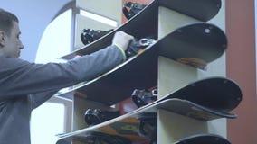 Cremalheira com snowboards Aluguer de equipamentos do esqui no recurso vídeos de arquivo
