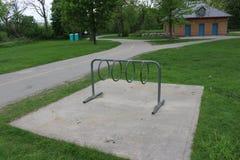Cremalheira da bicicleta do metal em um parque local fotos de stock royalty free