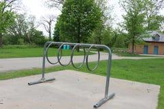 Cremalheira da bicicleta do metal em um parque local imagem de stock