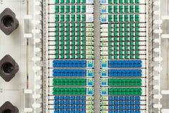 Cremalheira da fibra óptica com conectores óticos imagens de stock