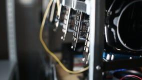 Cremalheira da mineração de Cryptocurrency com placas gráficas vídeos de arquivo