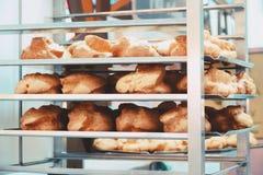 Cremalheira da padaria com creme dos Choux na loja da padaria imagem de stock