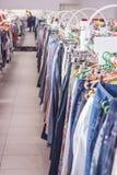 Cremalheira da roupa Ganchos na loja da roupa DOF raso Imagens de Stock