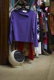 Cremalheira da roupa na loja de segunda mão fotografia de stock