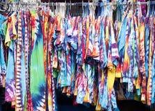 A cremalheira de amarrar-tinge vestuários Fotografia de Stock