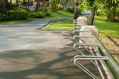 Cremalheira de bicicleta vazia para bicicletas de estacionamento Imagem de Stock