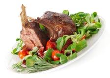 Cremalheira de cordeiro fritada rara isolada no branco Foto de Stock