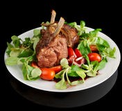 Cremalheira de cordeiro fritada rara isolada no preto Imagem de Stock