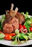 Cremalheira de cordeiro fritada rara isolada no preto Fotografia de Stock Royalty Free